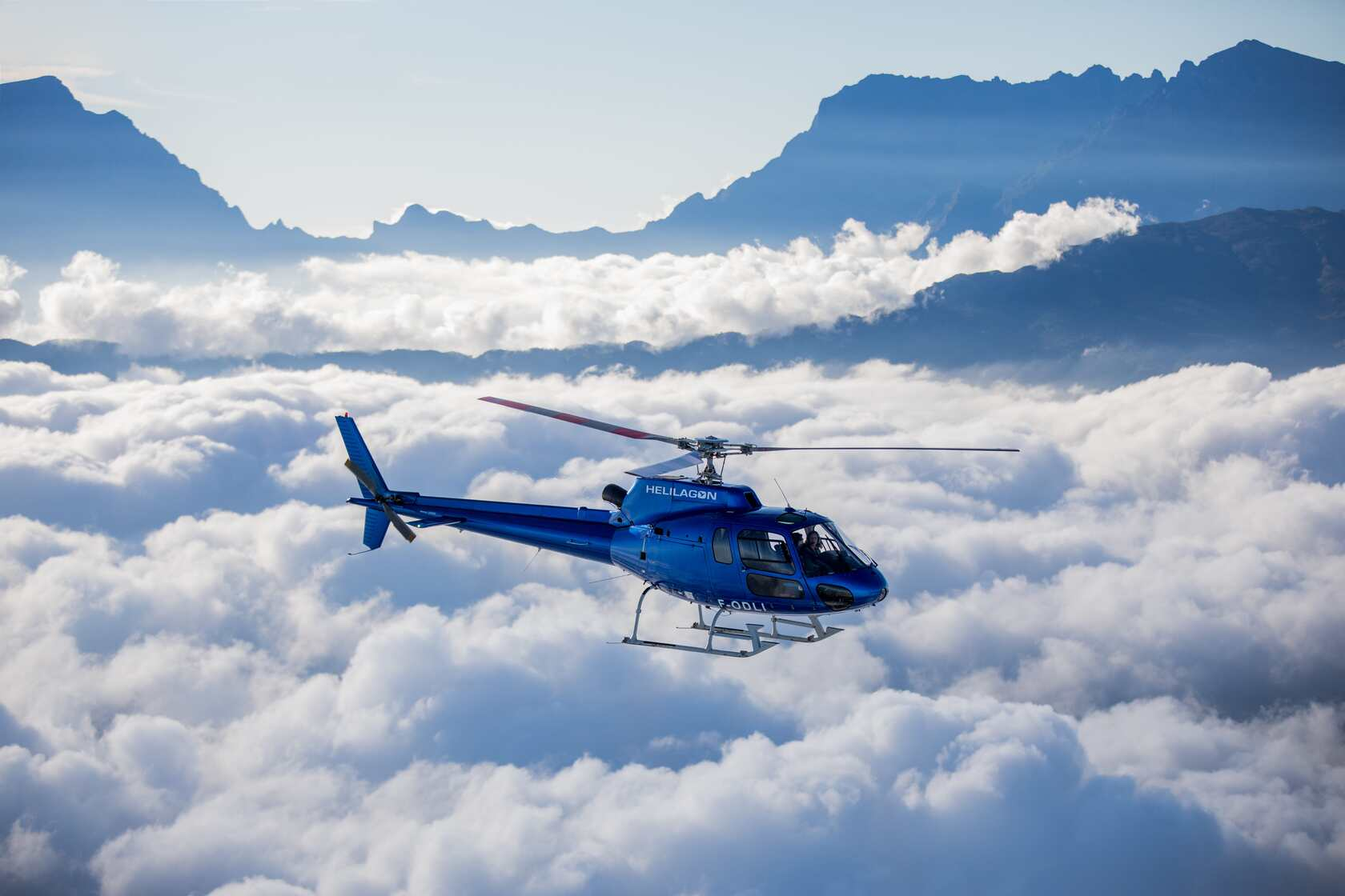 Hélicoptère au dessus des nuages à La Réunion
